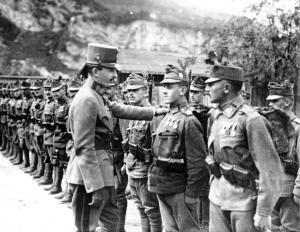 Il Beato Carlo con un giovanissimo (fronte Trentino 1917)